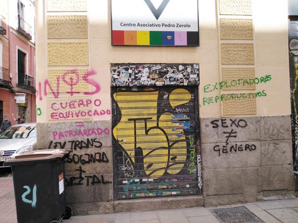 fachada de cogam con pintadas transfóbicas 1